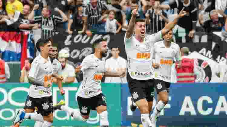Danilo Avelar comemora gol do Corinthians sobre o São Paulo - Marcello Zambrana/AGIF - Marcello Zambrana/AGIF