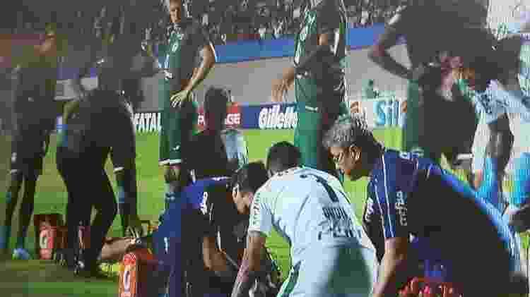 Tadeu e Zé Rafael se chocam e caem desacordados em jogo do Palmeiras contra o Goiás - Reprodução/Premiere - Reprodução/Premiere