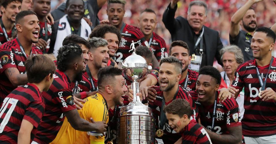 Jogadores do Flamengo se preparam para erguer a taça da Libertadores
