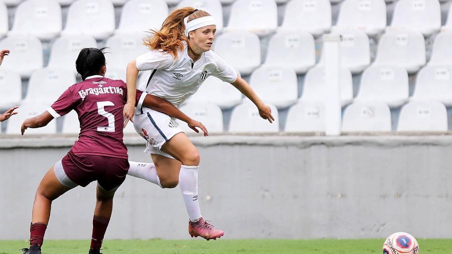 Ketlen passa pela marcação do Juventus na vitória das Sereias da Vila - Pedro Ernesto Guerra Azevedo/Santos FC