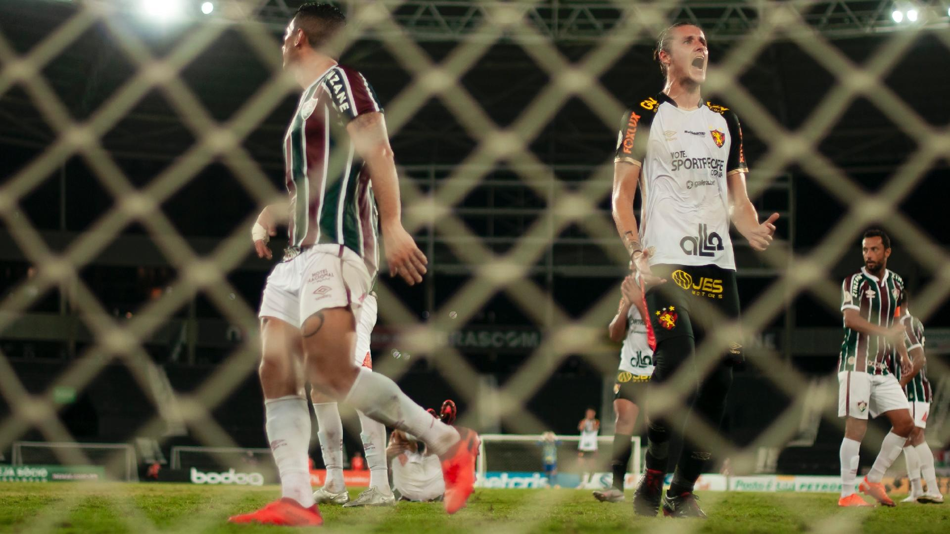 Iago Maidana, zagueiro do Sport, jogando de calça térmica contra o Fluminense