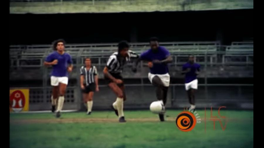 """Arlindo Carlos Prates marca Pelé em cena do documentário """"Isto é Pelé"""" - Reprodução"""