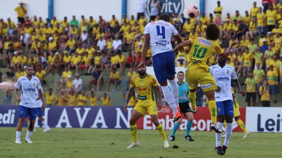 Camilo, do Mirassol, e Rodrigo, do Santo André, disputam bola durante jogo do Paulistão 2020 - Marcos Freitas/Divulgação