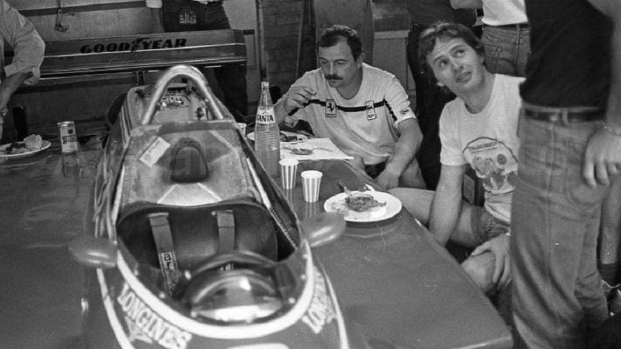 Ó canadense Gilles Villeneuve com mecânicos da Ferrari nos boxes de Kyalami para o GP da África do Sul de 1982 - Reprodução