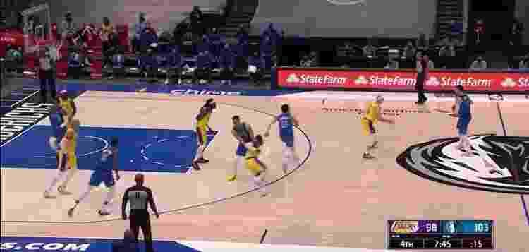 Brunson (#13) cruza a quadra com o Iverson Cut - Reprodução/NBA - Reprodução/NBA