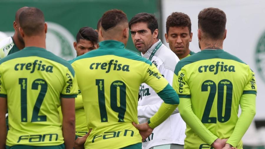 Abel Ferreira conversa com o elenco do Palmeiras durante treinamento. - Cesar Greco/Palmeiras