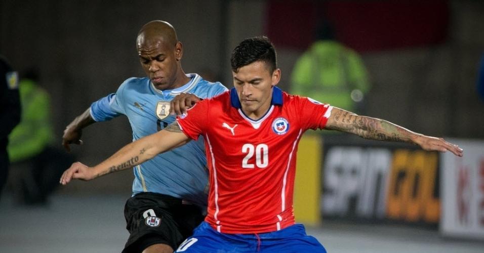 Aranguiz tenta fazer jogada para o Chile contra o Uruguai