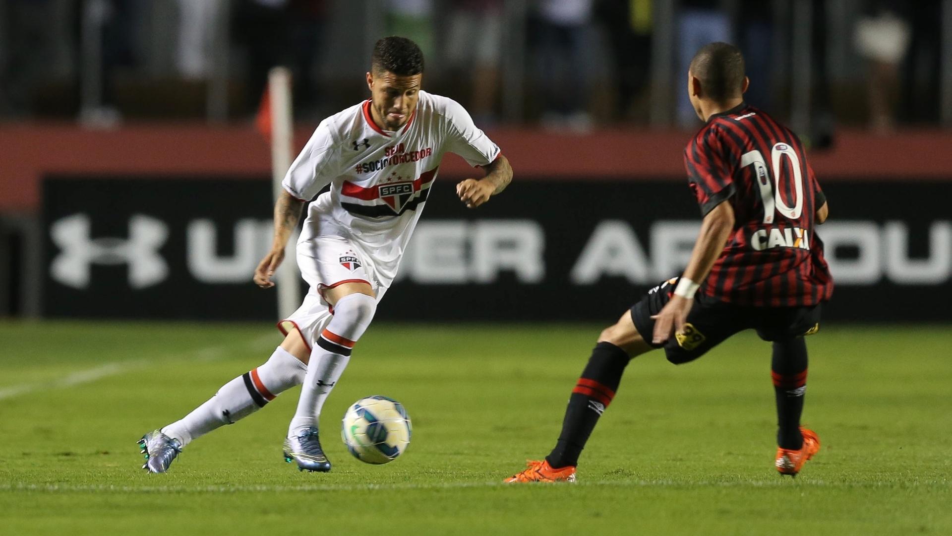 Bruno em lance da partida entre São Paulo e Atlético-PR, válida pelo Brasileirão