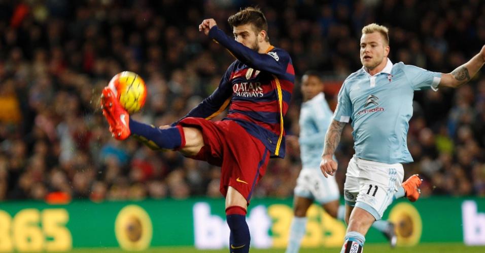 Pique, zagueiro do Barcelona, afasta a bola na base do chutão sob pressão da marcação do Celta