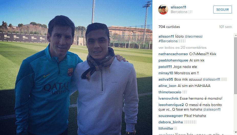Alisson Farias com Messi na Espanha, no CT do Barcelona