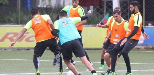 Jogadores do Coritiba treinam em campo sintético para se preparar para o Atletiba - Divulgação/Coritiba