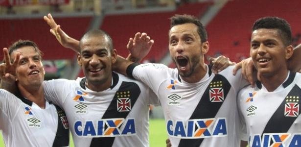Diguinho, Rodrigo, Nenê e Evander comemoram mais uma vitória do Vasco