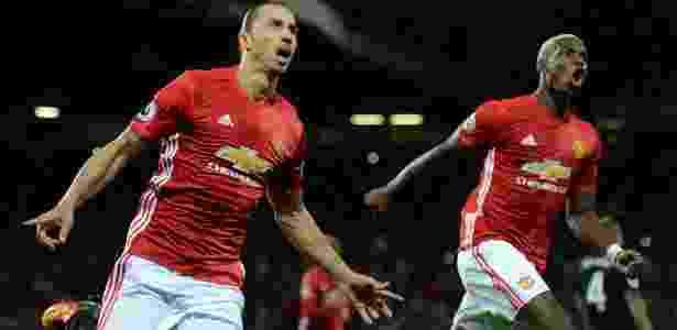 Ibrahimovic e Pogba comemoram gol do Manchester United - FP PHOTO / Oli SCARFF  - FP PHOTO / Oli SCARFF