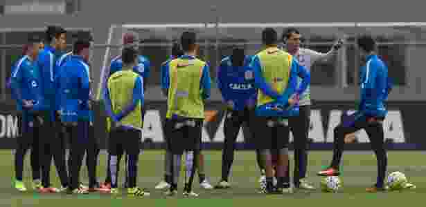 Fábio Carille conversa com os jogadores durante treino do Corinthians - Daniel Augusto Jr./Ag.Corinthians