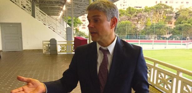 Presidente Peter Siemsen gesticula durante entrevista ao UOL na sede das Laranjeiras