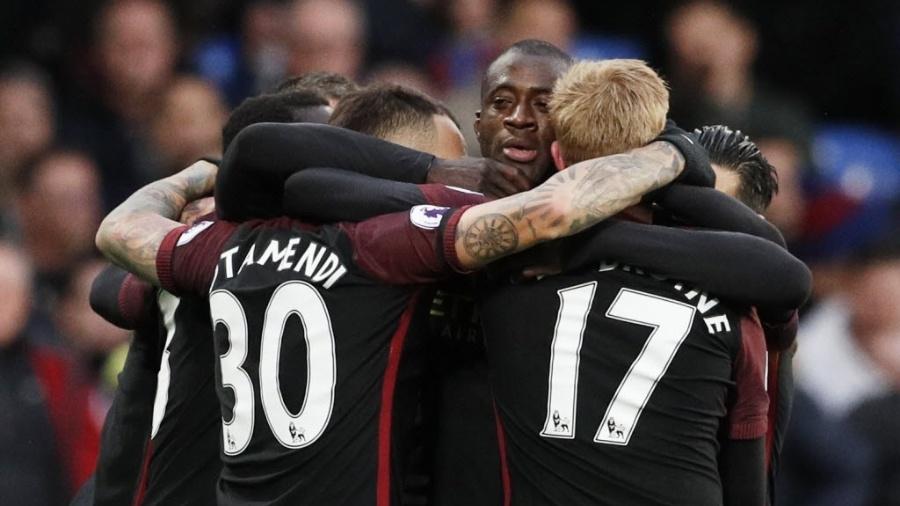 Yaya Toure é abraçado por companheiros após voltar ao City e fazer gol diante do Crystal Palace - Reuters