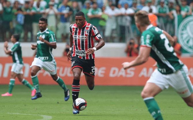 Jucilei em ação no clássico entre Palmeiras e São Paulo