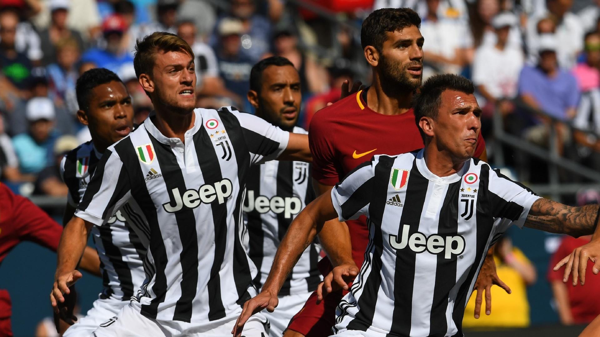 Jogadores de Roma e Juventus observam a bola durante partida da International Champions Cup