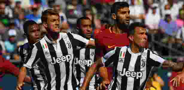 Jogadores de Roma e Juventus observam a bola durante partida da International Champions Cup - Timothy A. Clary/AFP - Timothy A. Clary/AFP
