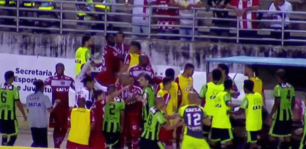 Jogadores se empurram após agressões entre Zé Carlos e Bill