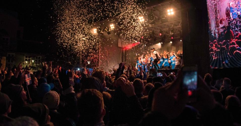 Jogadores participam de festa na Islândia após conseguirem a vaga na Copa