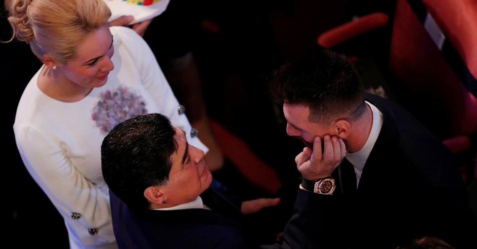 Diego Maradona afaga Lionel Messi antes do início do prêmio da Fifa