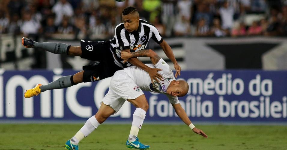 Arnaldo e Marcos Júnior disputam lance em Botafogo x Fluminense