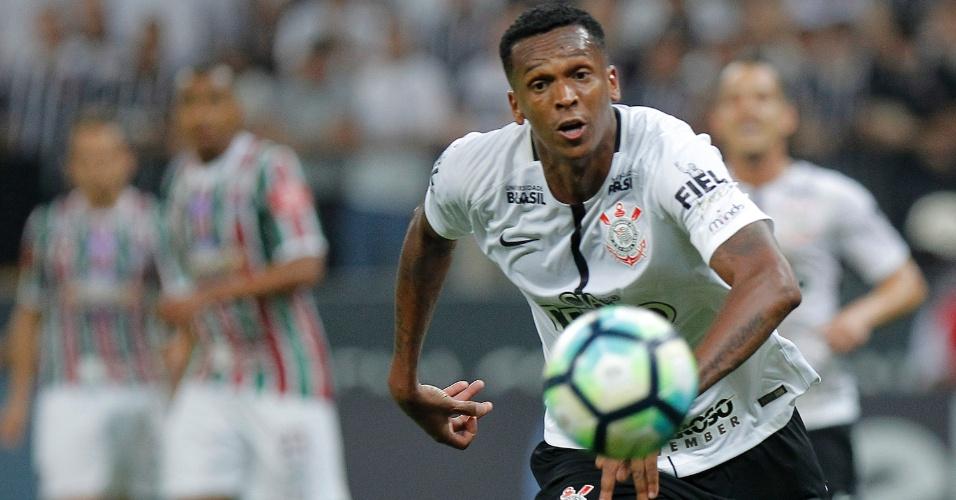 O atacante Jô conduz a bola em lance da partida entre Corinthians e Fluminense, em Itaquera