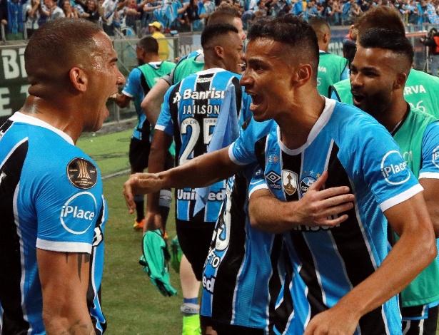 Cícero comemora com Jael o gol da vitória do Grêmio na Arena