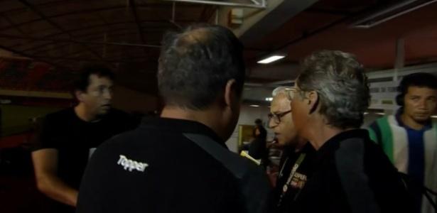 Oswaldo de Oliveira se desentende com o repórter Léo Gomide após classificação do Atlético-MG