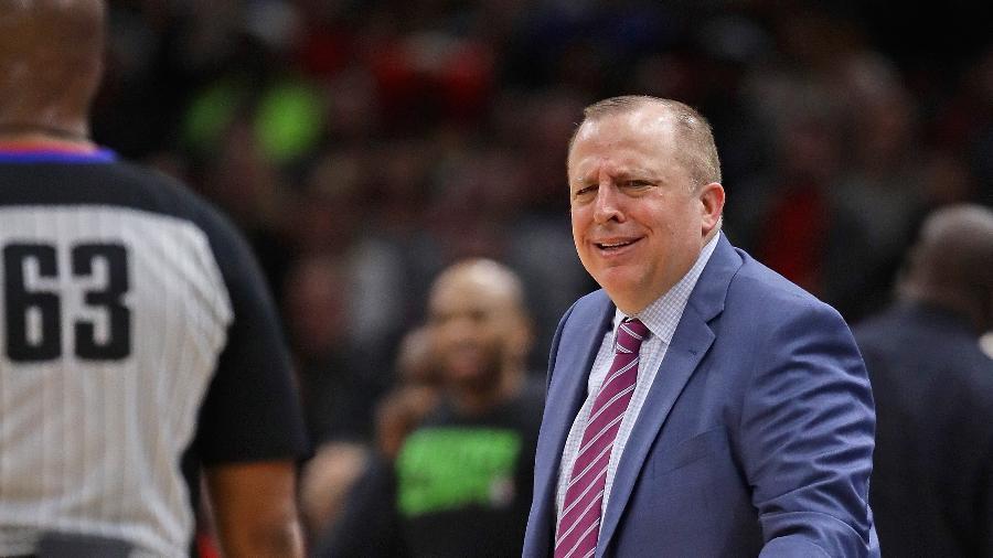 Tom Thibodeau, técnico do Minnesota Timberwolves, reclama de marcação do árbitro Derek Richardson - Jonathan Daniel/Getty Images