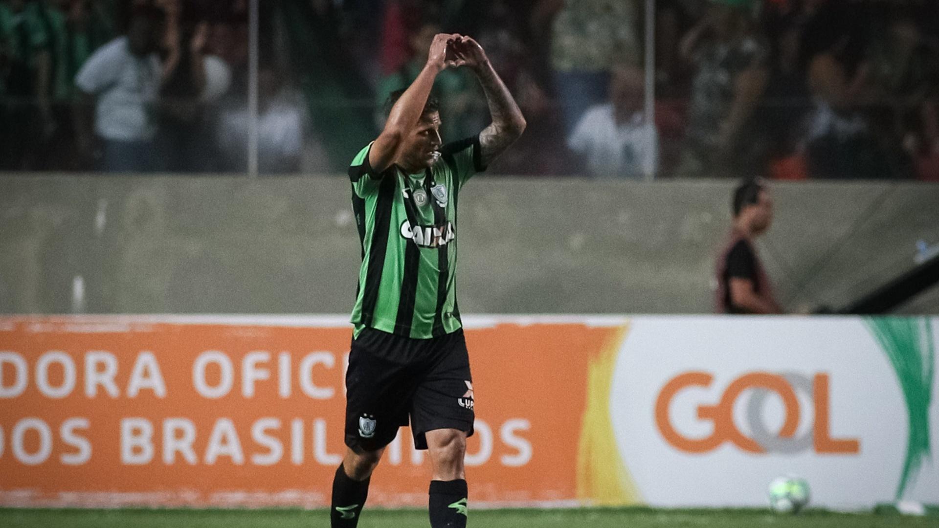Rafael Moura comemora gol do América-MG contra o Vitória