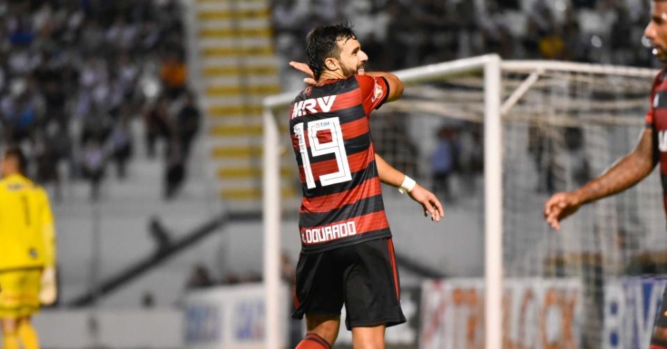 Henrique Dourado comemora com o gesto característico o gol da vitória sobre a Ponte Preta