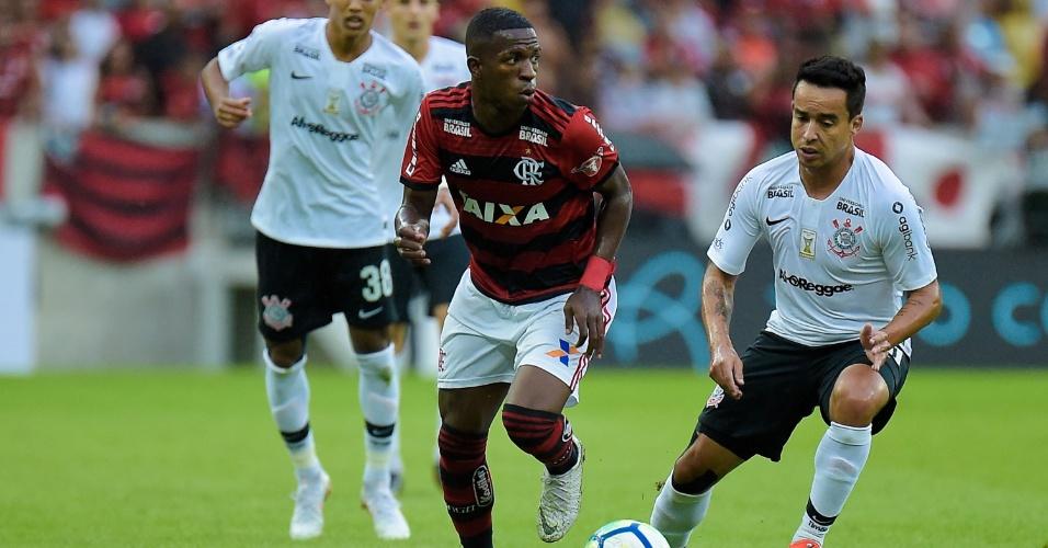 Vinicius Junior e Jadson disputam bola em Flamengo x Corinthians pelo Campeonato Brasileiro