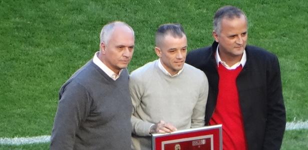 """D""""Alessandro recebe do presidente do Inter e do vice de futebol placa comemorativa - Marinho Saldanha/UOL"""