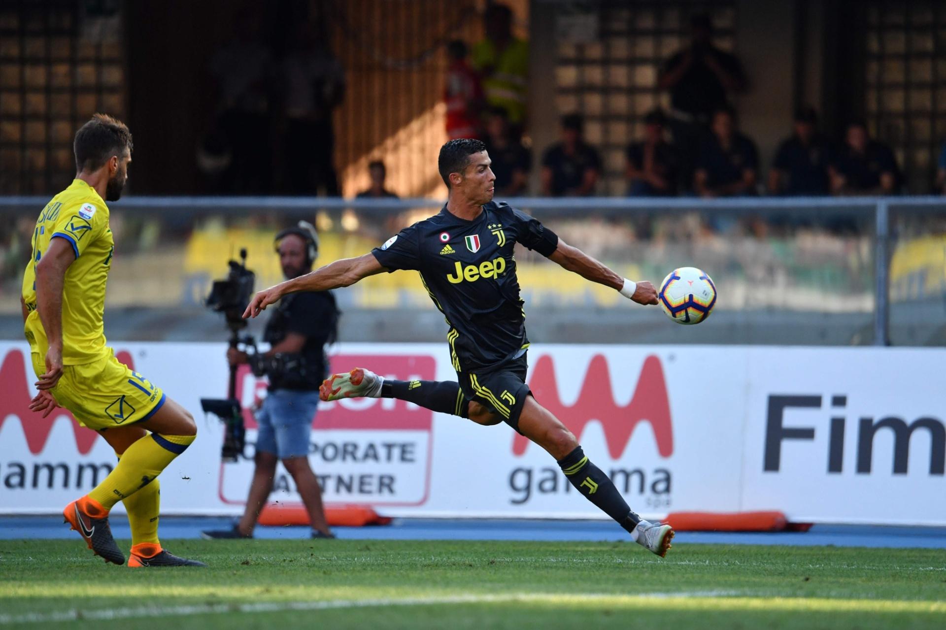 Cristiano Ronaldo arrisca chute em Chievo x Juventus dab76941e92e8