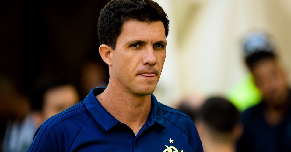 Técnico Mauricio Barbieri comanda o Flamengo durante partida do Campeonato Brasileiro