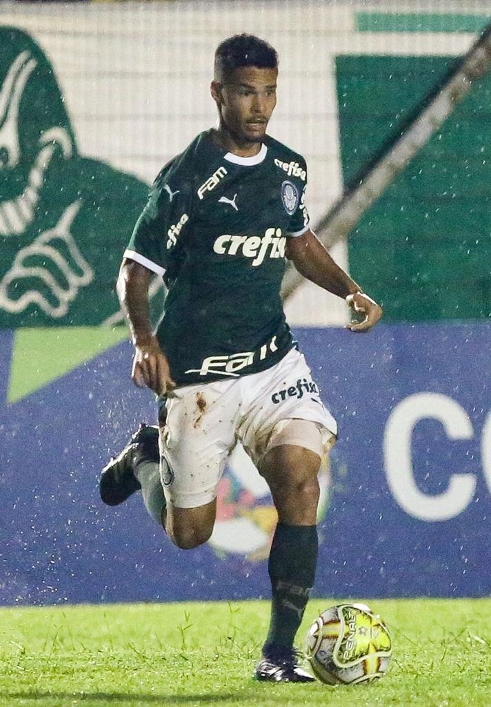 1452b41dde Marcus Meloni carrega a bola em jogo da Copinha pelo Palmeiras