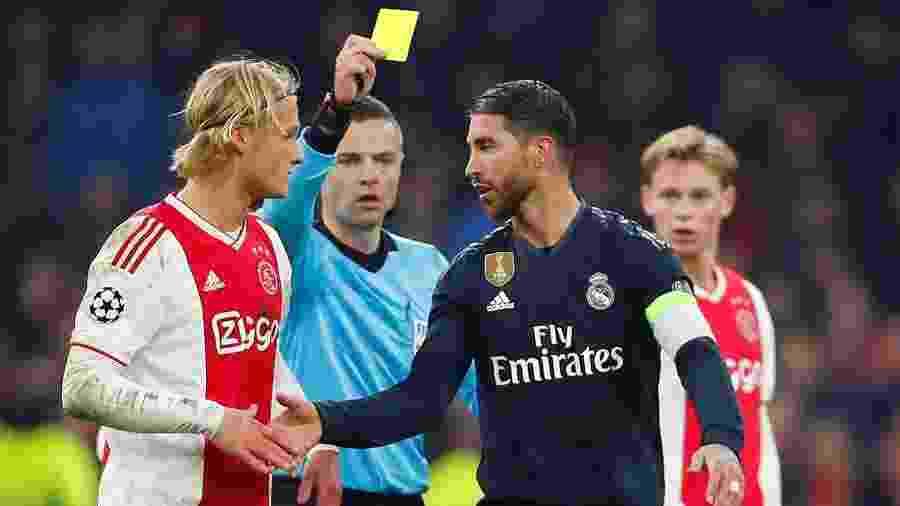 Sergio Ramos recebe cartão amarelo na partida entre Ajax e Real Madrid - REUTERS/Wolfgang Rattay