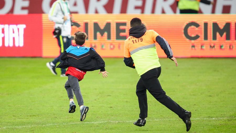 Torcedor invade o gramado do Beira-Rio durante treino da seleção brasileira e é perseguido - Pedro H. Tesch/AGIF