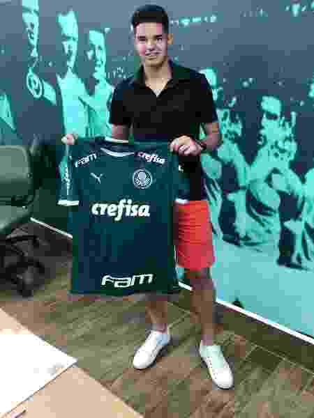 Gustavo Peralta mostra camisa do Palmeiras após assinar contrato - Twitter/Reprodução - Twitter/Reprodução