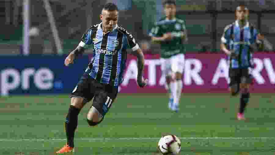 Everton Cebolinha carrega a bola em Palmeiras x Grêmio - Marcello Zambrana/Agif