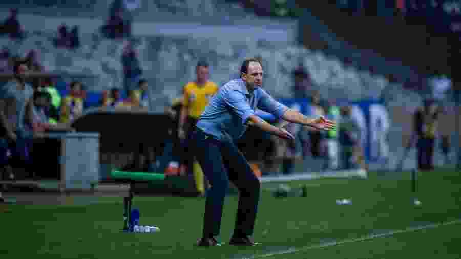 Ceni orienta o time do Cruzeiro durante partida; técnico quer jogadores escalar time com jogadores mais ágeis - Bruno Haddad/Cruzeiro