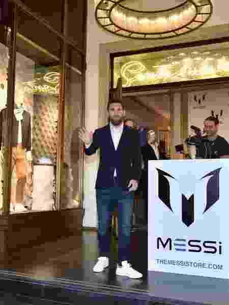 Messi posa para fotos em lançamento de marca de roupas - Divulgação