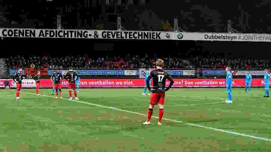Jogadores da segunda divisão do futebol holandês protestam contra casos de racismo no país - PIROSCHKA VAN DE WOUW/REUTERS