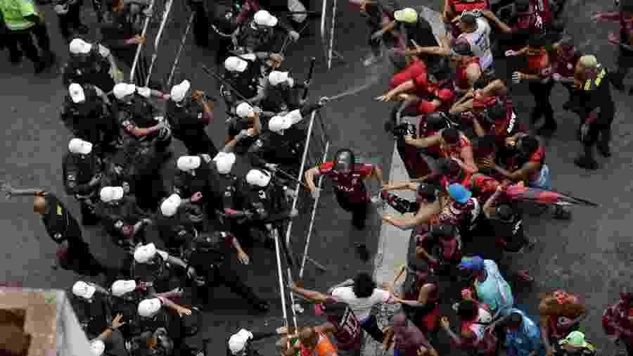 Policiais tentam afastar torcedores com gás de pimenta durante confusão no centro do Rio - Ricardo Soares/Reuters