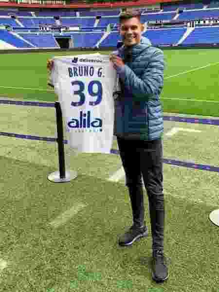 Bruno Guimarães posa com camisa 39 do Lyon - Divulgação