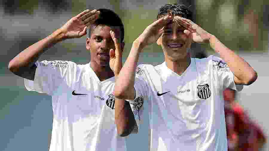 Matheus Moraes comemora gol ao lado de Rodrygo no sub-15 do Santos - Pedro Ernesto Guerra Azevedo/Santos FC