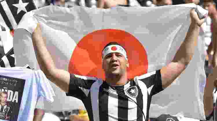 Torcedor do Botafogo com a bandeira do Japão, durante a apresentação do meia Honda - Thiago Ribeiro - Thiago Ribeiro