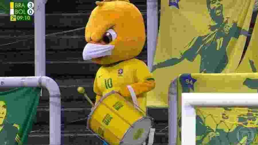 Canarinho Pistola, de máscara, faz batuque durante Brasil x Bolívia - Reprodução/Globo